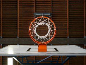 Iekšējā basketbola stīpas fotogrāfija, kas attēlota no apakšas.